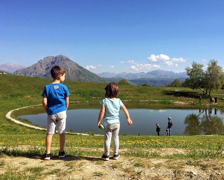 bambini al laghetto pertus valle imagna