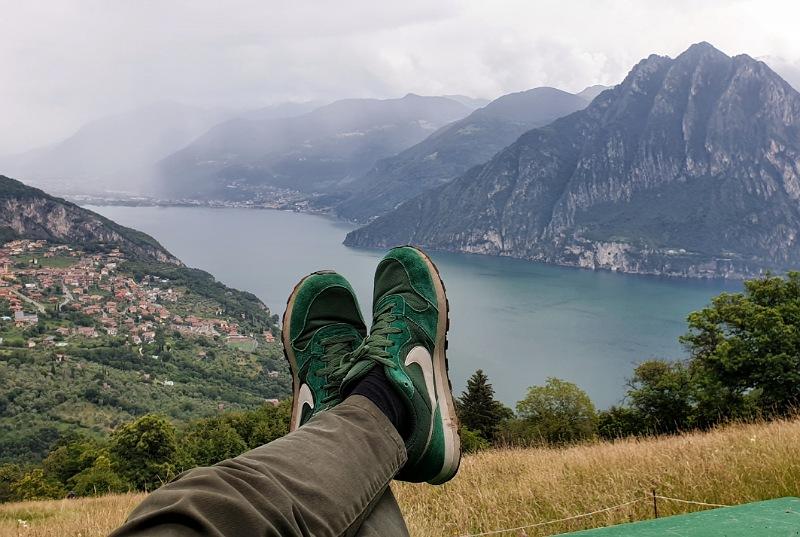 seduto ad ammirare il paesaggio dalla big bench di fonteno