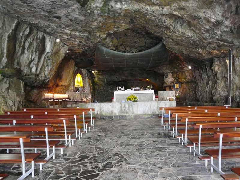 interno della grotta del santuario della cornabusa bergamo