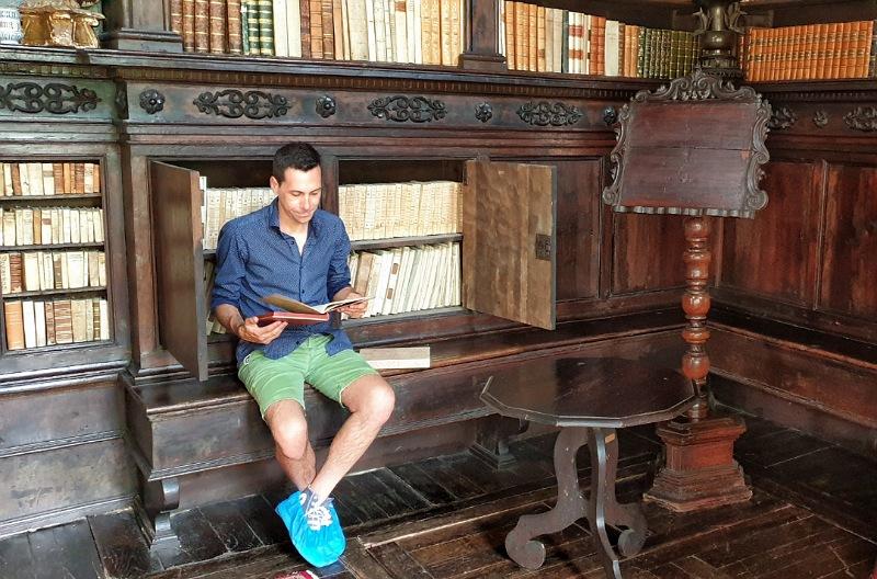 lettura nella biblioteca della casa del potestà di lonato