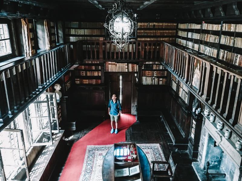 interno della biblioteca della casa museo di lonato