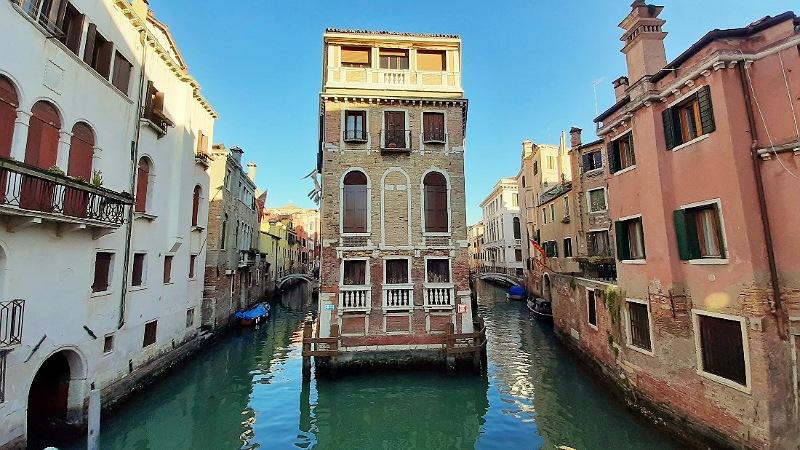 venezia casa tre lati sull'acqua dal ponte conzafelzi