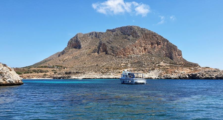 montagna dell'isola di Favignana dal mare delle Egadi