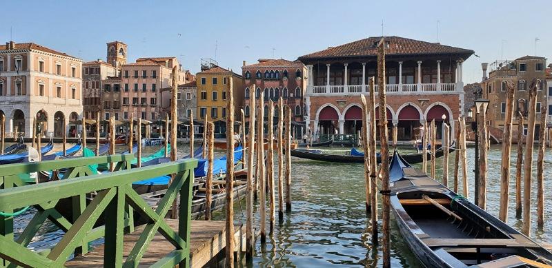gondole e traghetti sul canal grande di venezia