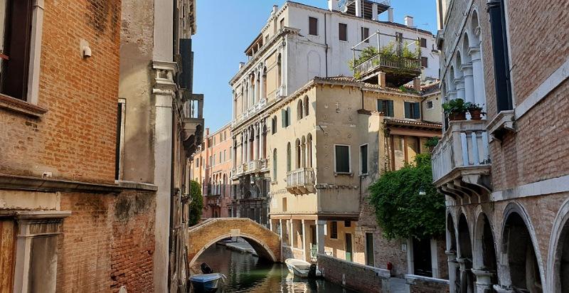 ponti e canali insoliti e segreti di venezia