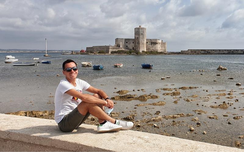 castello della colombaia con barche