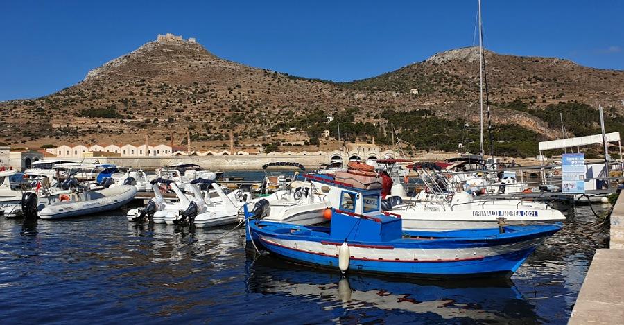 barche e gommone a noleggio al porto di favignana