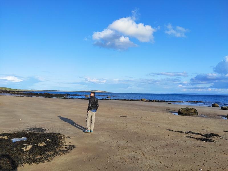 passeggiare sulla spiaggia in scozia