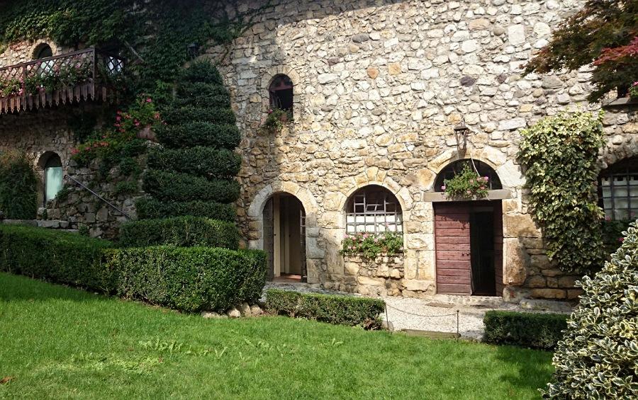 Corte del castello di monasterolo sul lago di endine