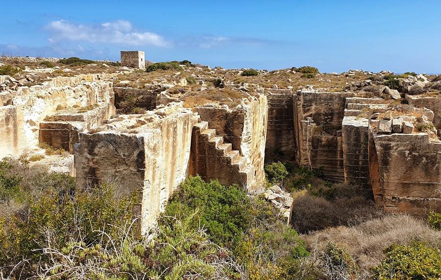 antiche cave di tufo a favignana vicino a cala rossa