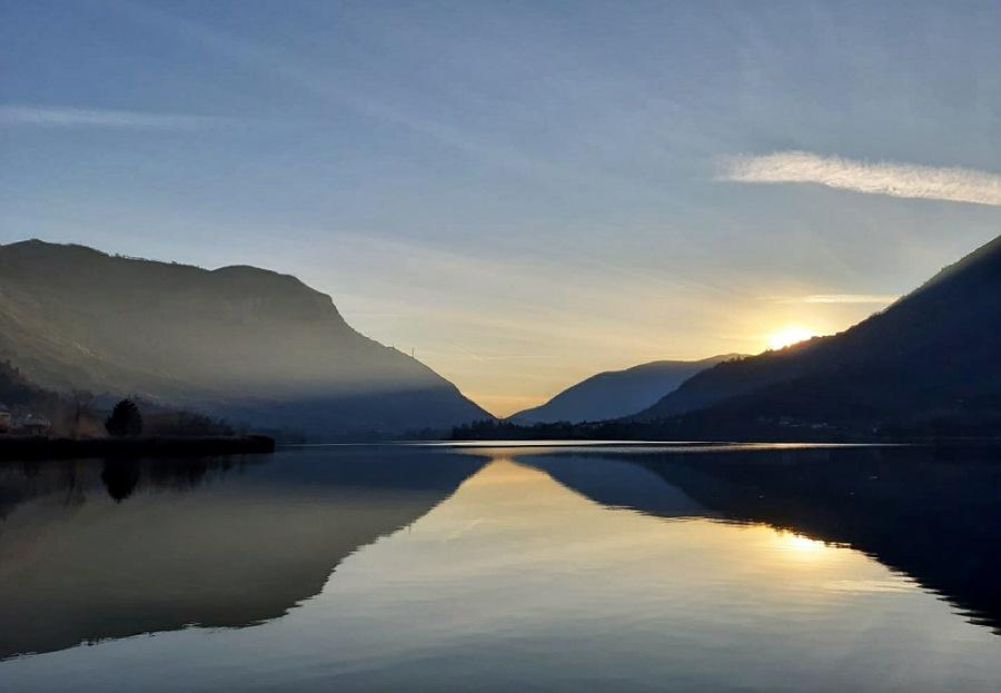 riflessi sulle acque del lago di endine in provincia di bergamo