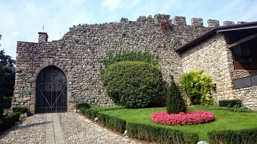 ingresso del Castello di Monasterolo sul lago di endine