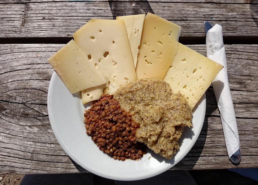 formaggio e polenta al rifugio grassi in val brembana