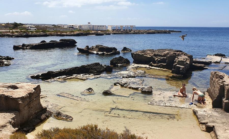 spiaggia rocciosa di calamoni a favignana