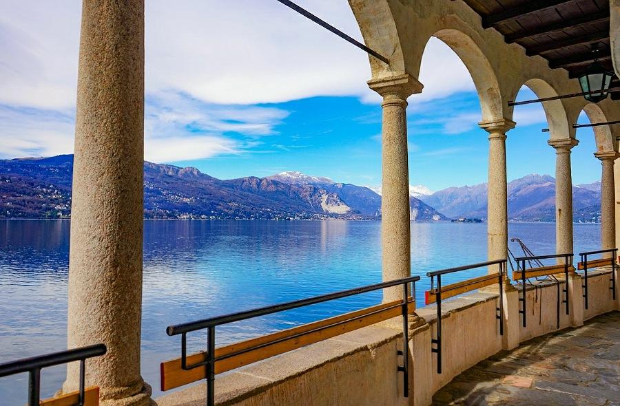 panorama lago maggiore_santa caterina del sasso in provincia di varese