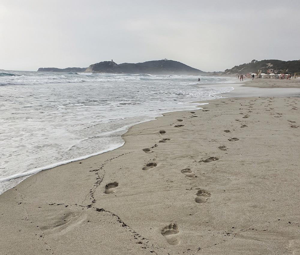 passeggiata sulla spiaggi di villasimius