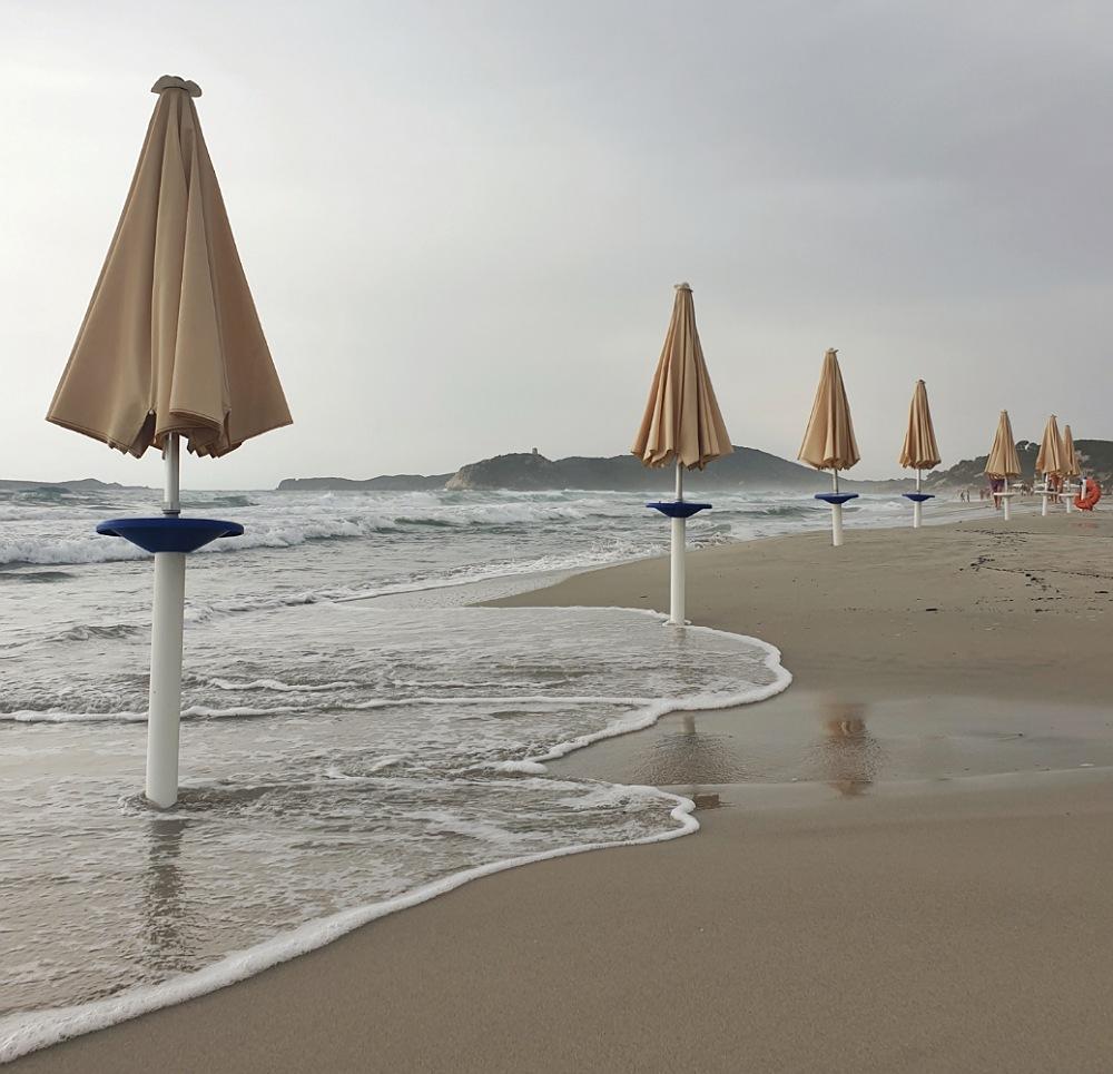 spiaggia di simius con nuvole_malinconia_villasimius_sardegna
