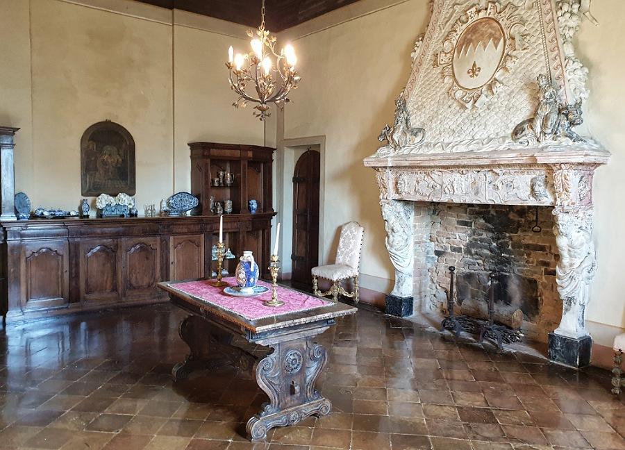 camino negli interni del castello di gropparello