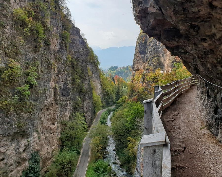 passeggiat sul sentiero nella roccia per san romedio