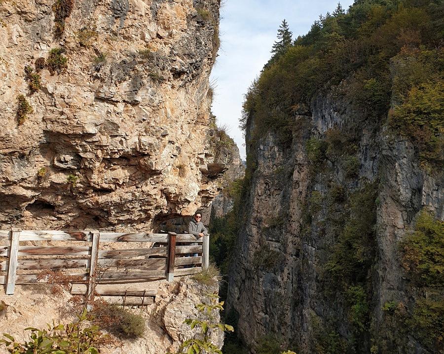 sentiero nella roccia per arrivare al santuario di san romedio in trentino