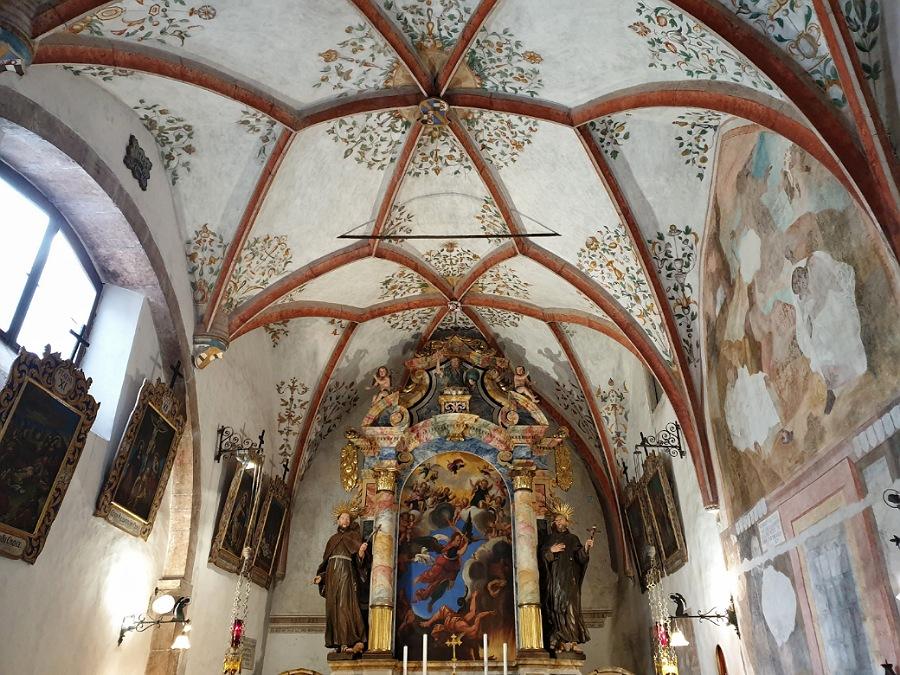 interno della chiesa di san romedio in val di non