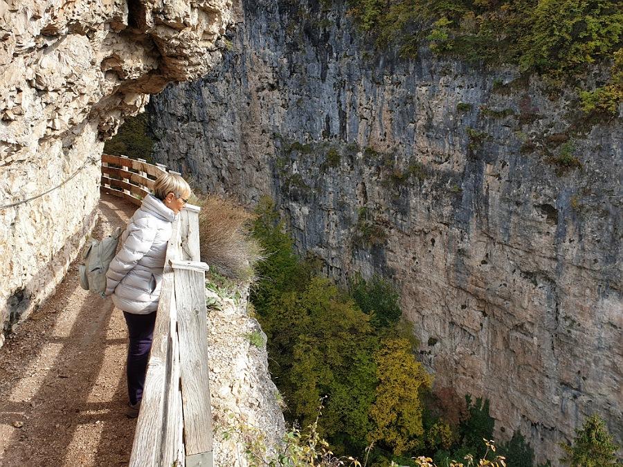 passeggiata per san romedio sul sentiero nella roccia