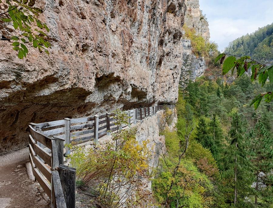 sentiero nella roccia per san romedio in val di non