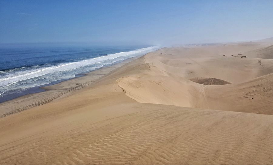 dune e oceano a sandwich harbour in namibia