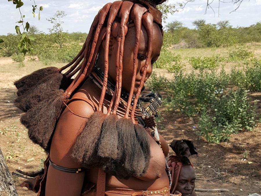 Donna di un villaggio Himba in Namibia_cosa vedere