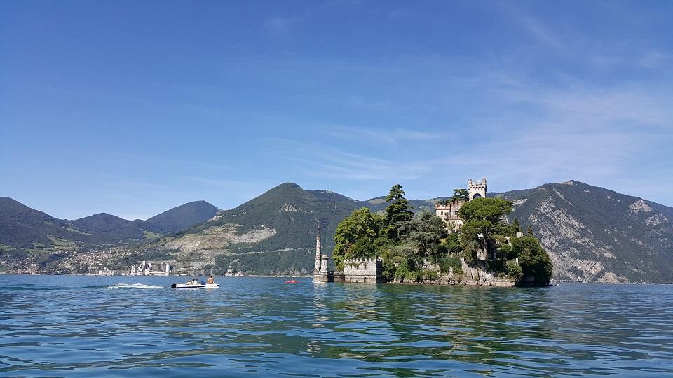 isola di loreto sul lago iseo_itinerario barca o gommone a noleggio