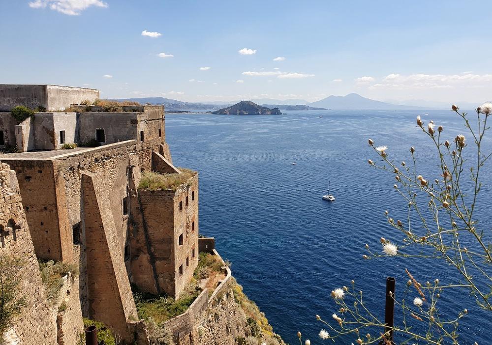 Palazzo d'Alvalos e panorama del Golfo di Napoli da Torre Murata