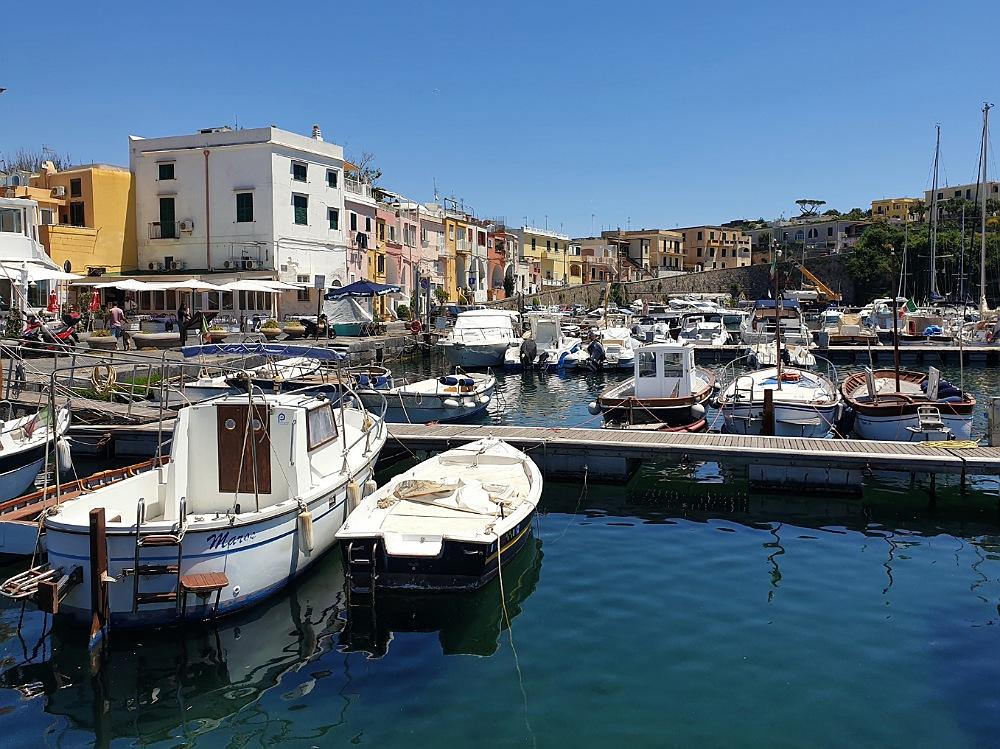 Il porto turistico di Marina di Chiaiolella a Procida_itinerario in bicicletta