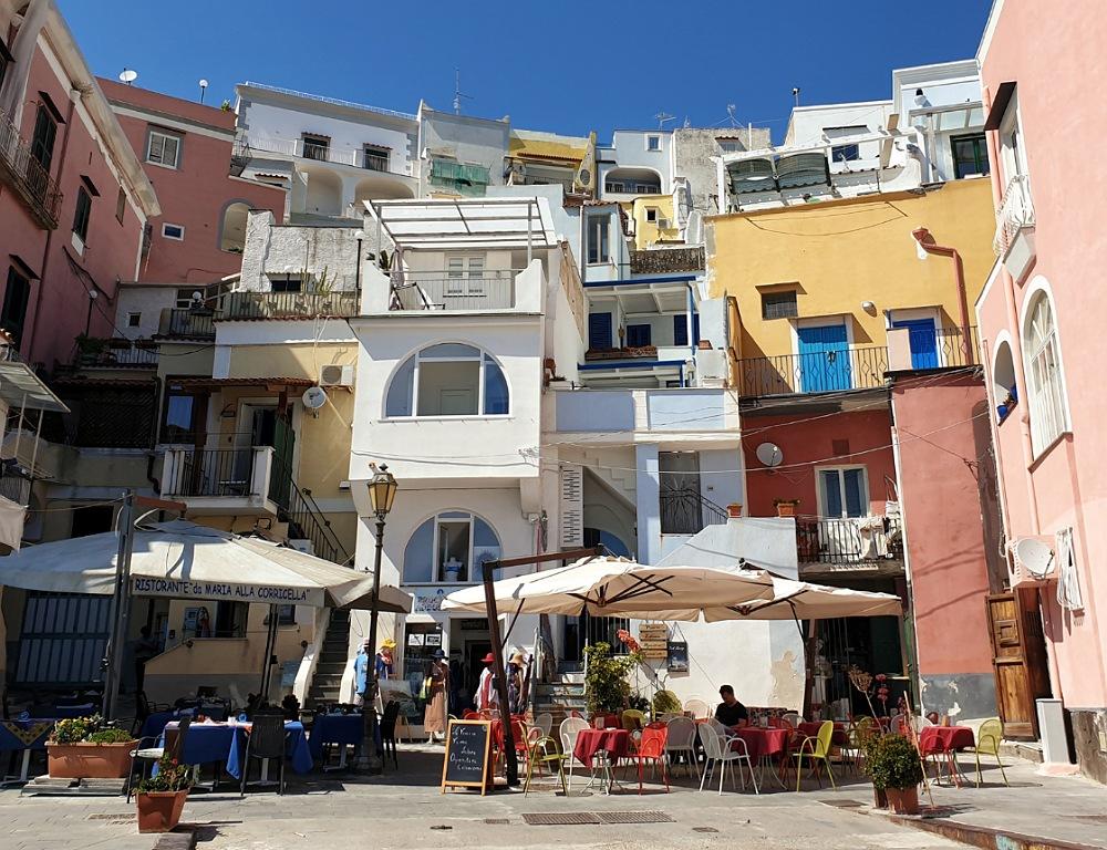 Marina della Corricella_case colorate a Procida_cosa vedere in bicicletta