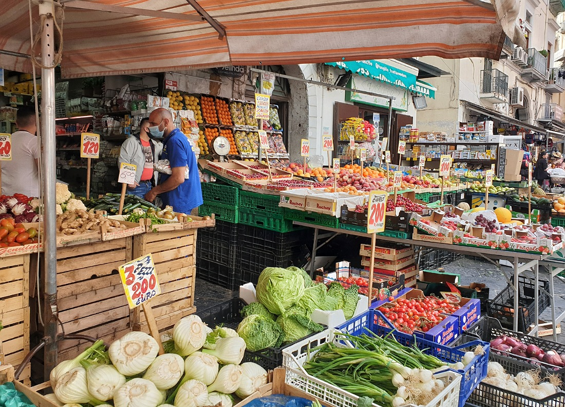 fruttivendolo nei Quartieri Spagnoli di Napoli_itinerario a piedi