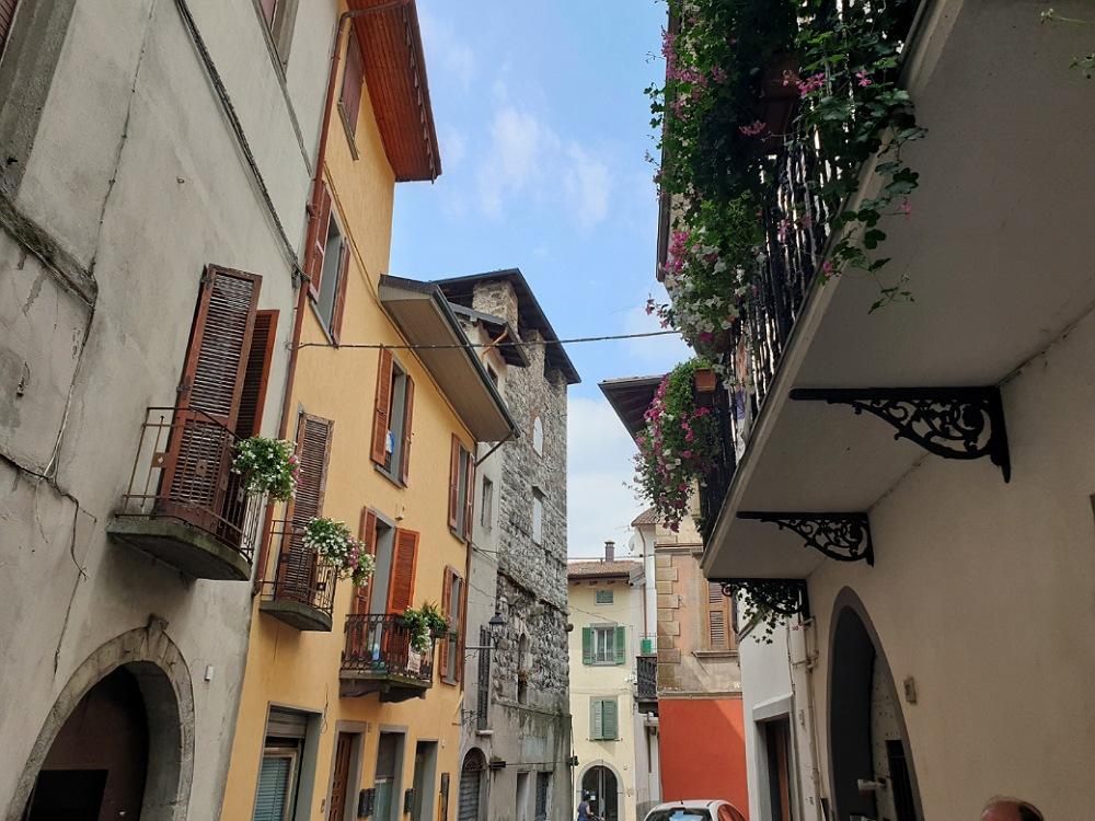 Un vicolo del borgo di Lovere e la Torre degli Alghisi