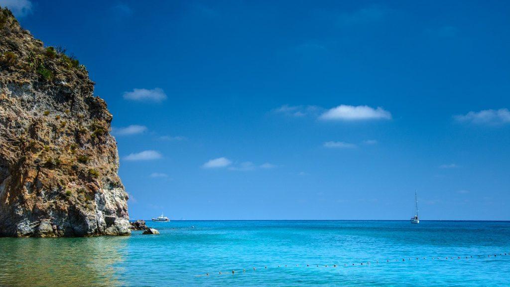 Vista dalla White Beach di Lipari tra le spiagge più belle
