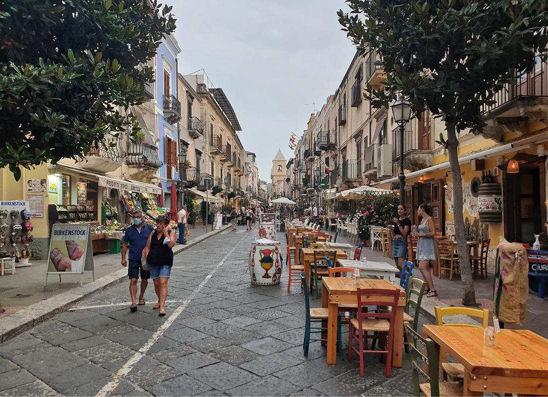 Corso Vittorio Emanuele a Lipari_cosa fare la sera_movida