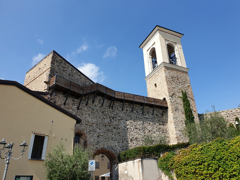 Il castello di Polpenazze con il camminamento di ronda