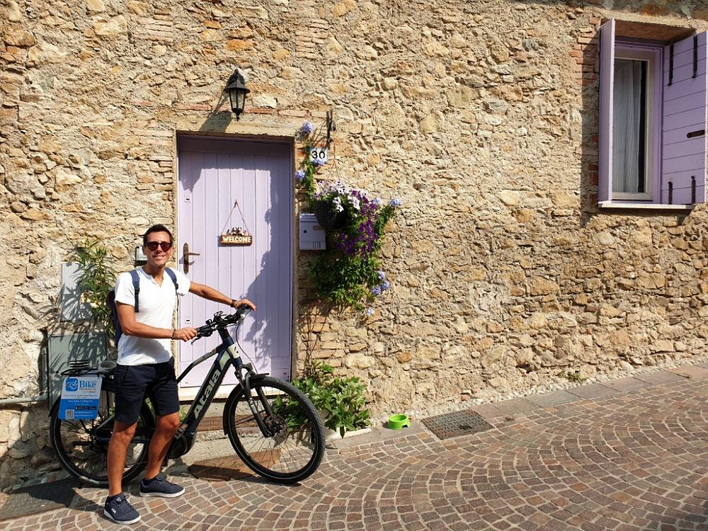 In e-bike al borgo di Balbiana vicino al Lago di Garda