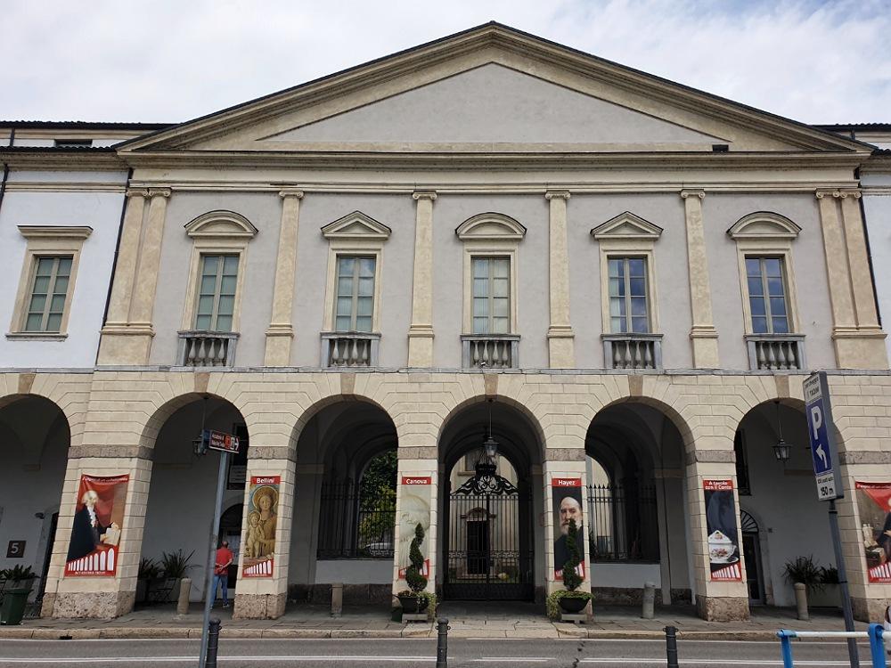 Facciata dell'Accademia Tadini di Lovere: cosa vedere