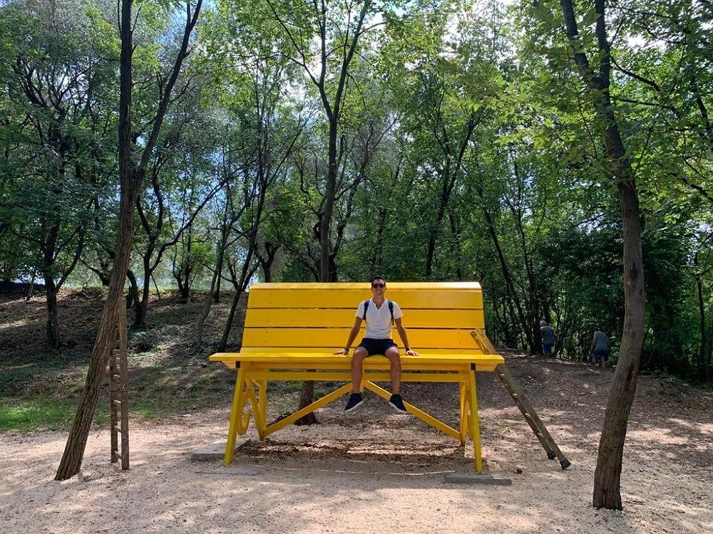 Panchina Gigante gialla di San Felice del Benaco sul Lago di Garda