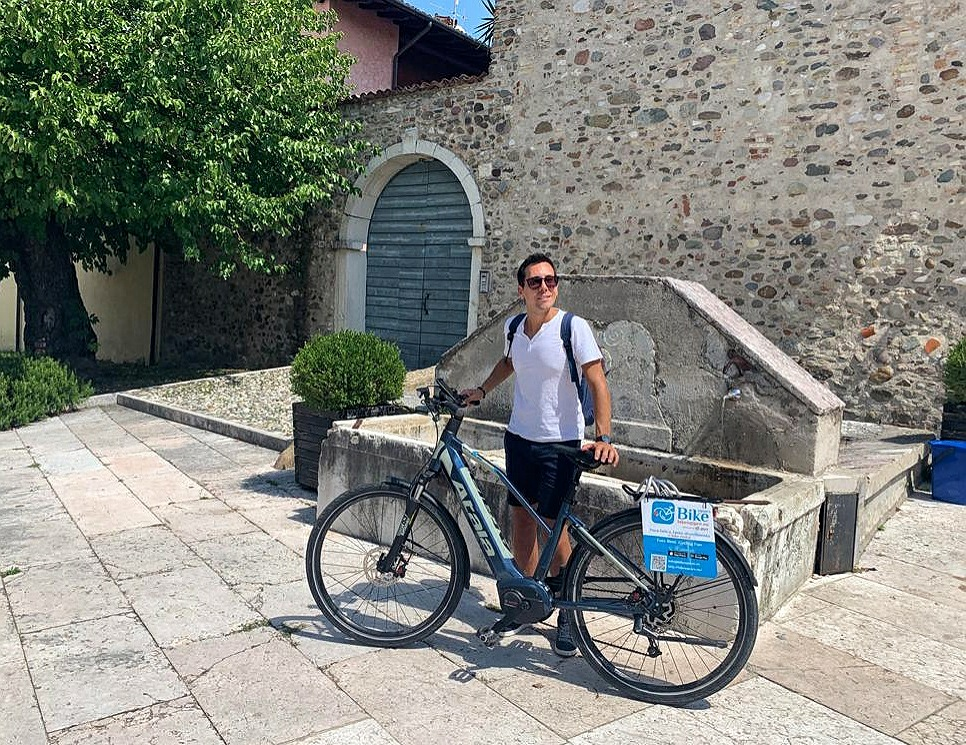 Il borgo di Cisano lungo il percorso in bici elettrica sul Lago di Garda