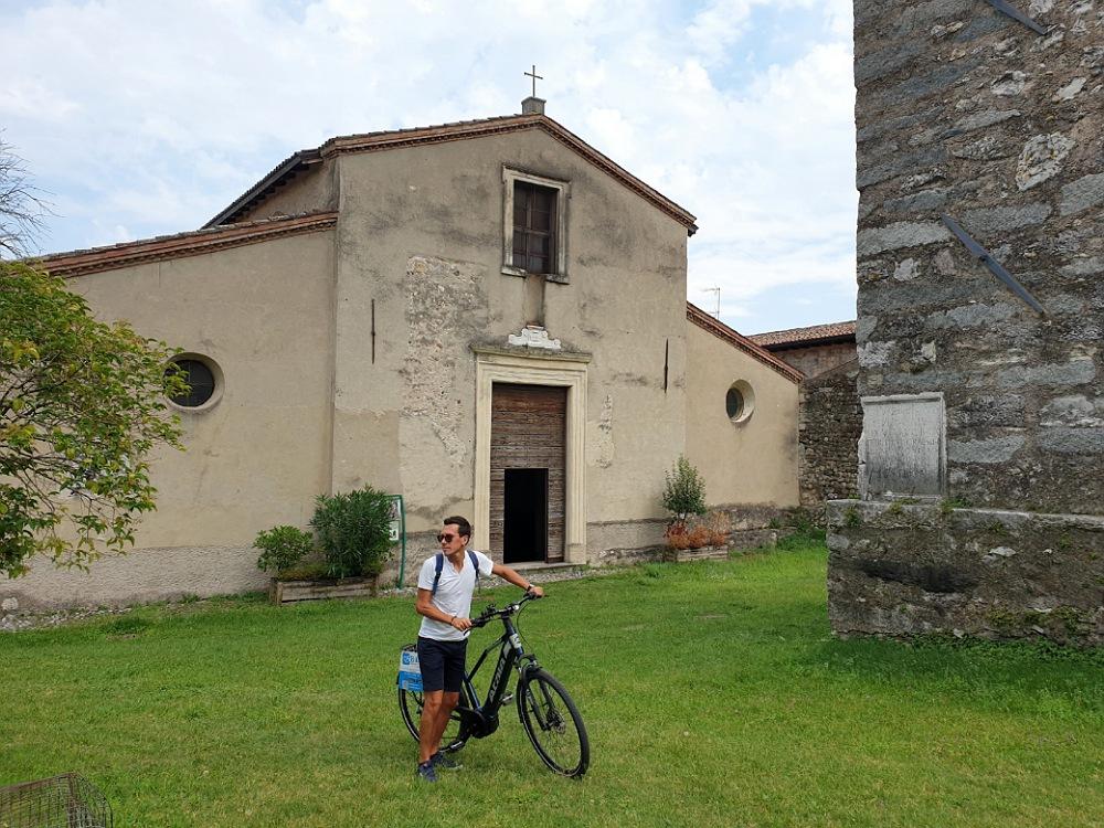 Pieve di Santa Maria lungo l'itinerario in bicicletta sulla sponda bresciana del Lago di Garda