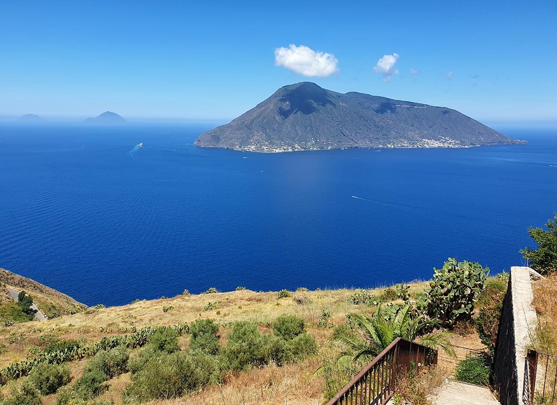 Panorama su Salina dal santuario di Quattropani a Lipari_cosa vedere