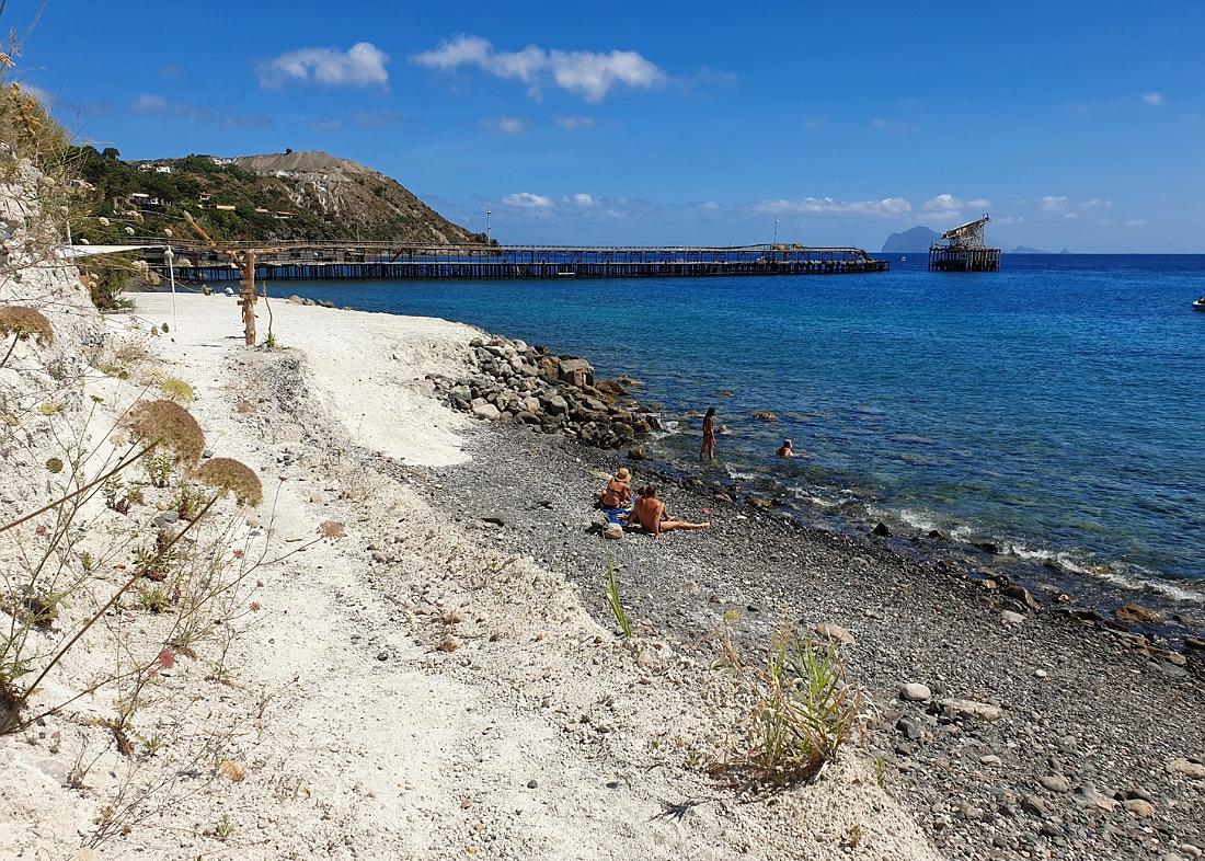La spiaggia di Porticello a Lipari con il vecchio molo