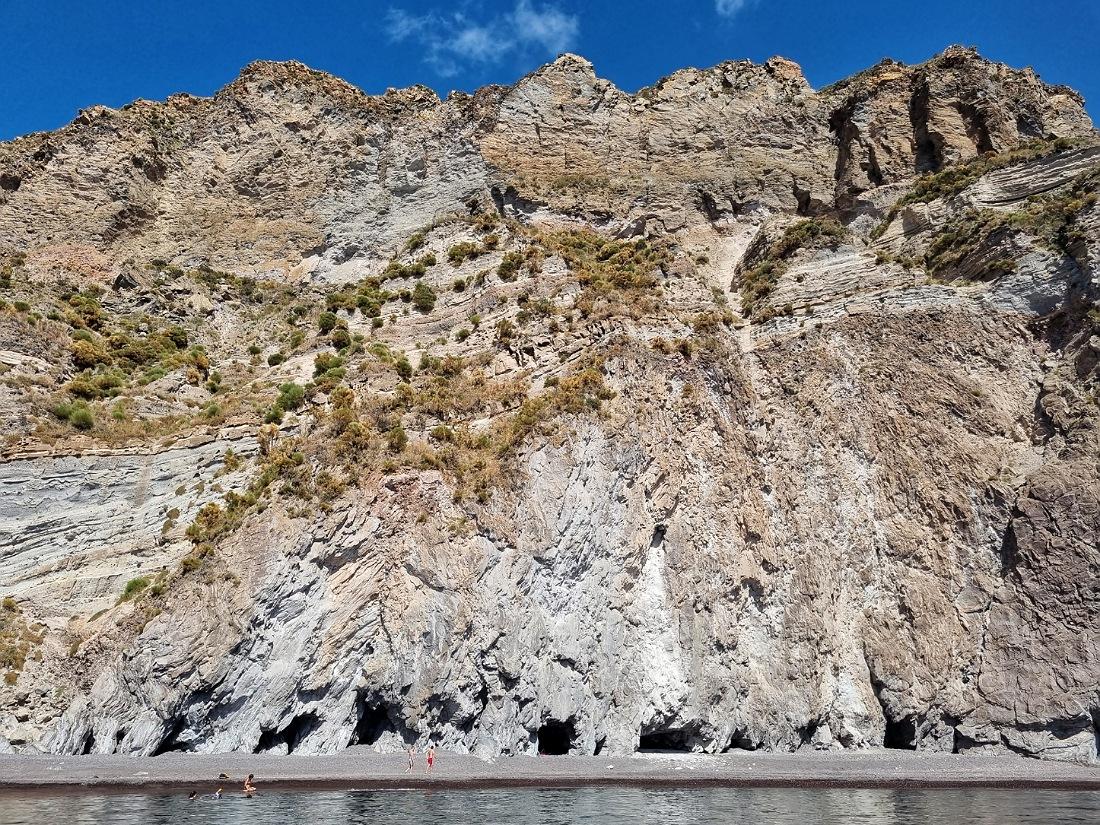 La spiaggia e le grotte di Valle Muria vista dal mare_cosa vedere a Lipari_Eolie