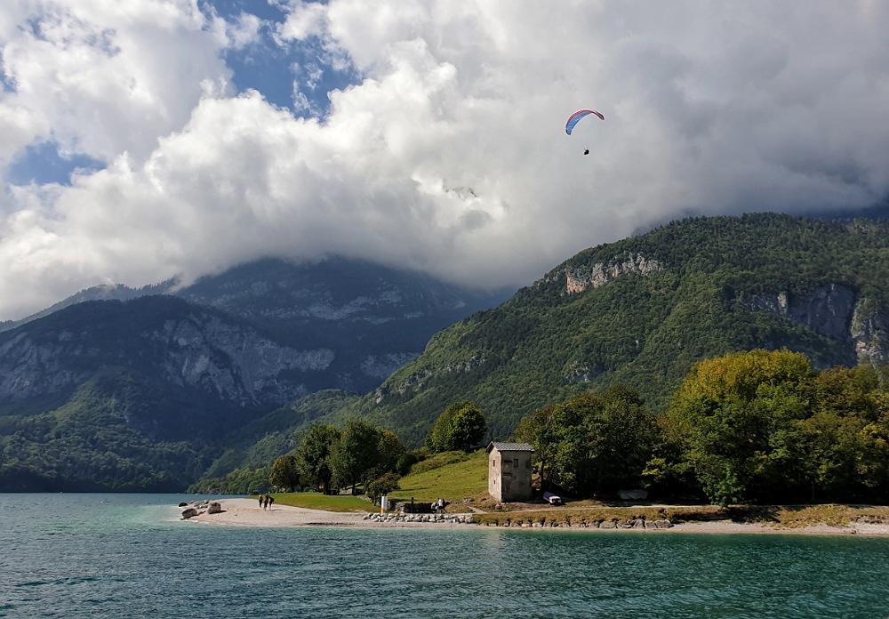 Volo in parapendio sul Lago di Molveno